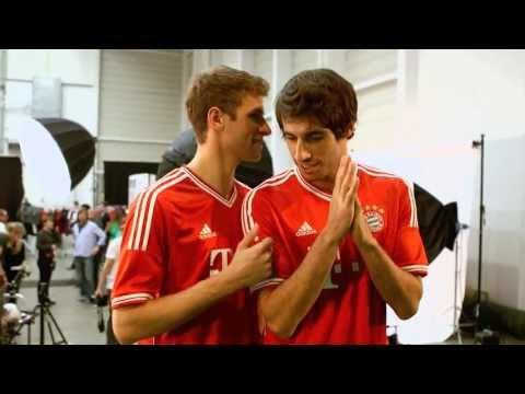 FC Bayern München – Thomas Müller und Javi Martínez präsentieren Home-Trikot 2013/2014