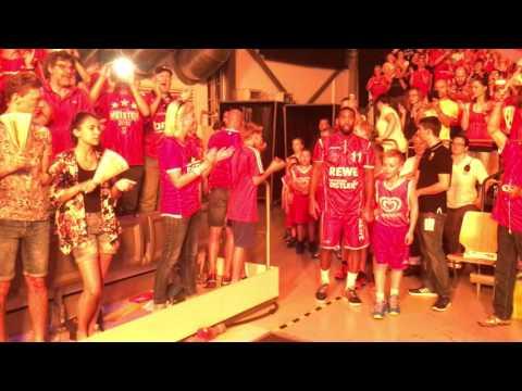 Einlaufen der Brose Baskets im 1. Halbfinale gegen den FC Bayern Basketball