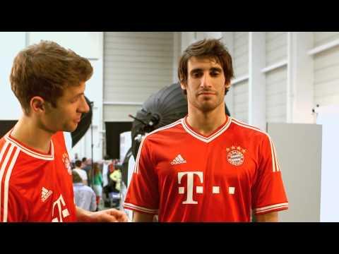 Das neue Home-Trikot des FC Bayern präsentiert von Müller und Martínez