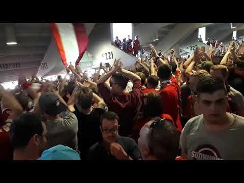 Südkurve München singt sich vor dem Block ein / Fc Bayern-Stuttgart