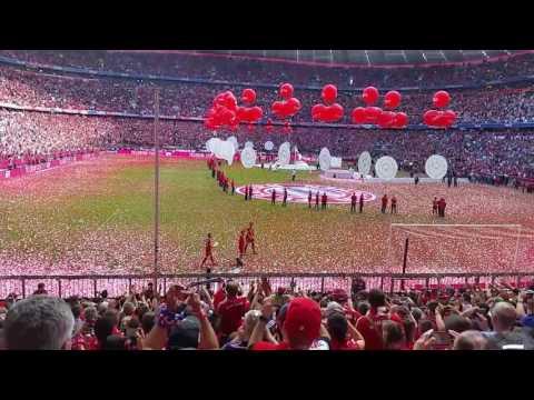 Meisterfeier 2017 FC Bayern,Müller,Kimmich und Hummels mit der Meisterschale in der Nordkurve