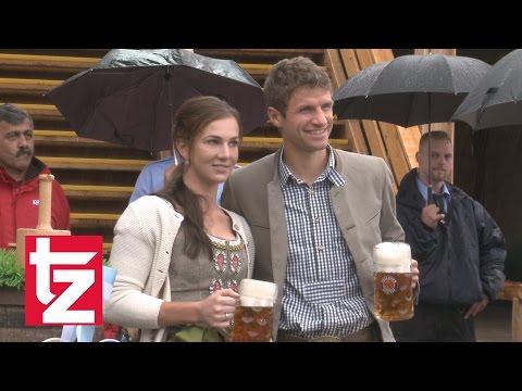 FC Bayern auf der Wiesn 2016: Thomas Müller tanzt aus der Reihe
