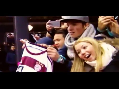 Cristiano Ronaldo ignores guy with a Bayern Munich jersey – Red Carpet (FIFA Golden Ball 2015)