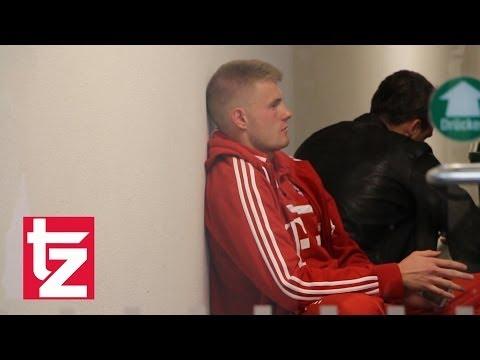 Raeder patzt: Hier tröstet Trainer Ten Haag Keeper Lukas Raeder – FC Bayern II vs. Fortuna Köln