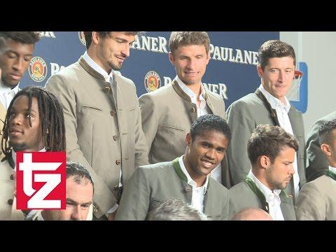 Thomas Müller und David Alaba machen Faxen beim Lederhosen-Shooting (FC Bayern)
