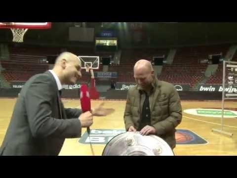 FC Bayern Basketball überreicht Matthias Sammer Meisterschale