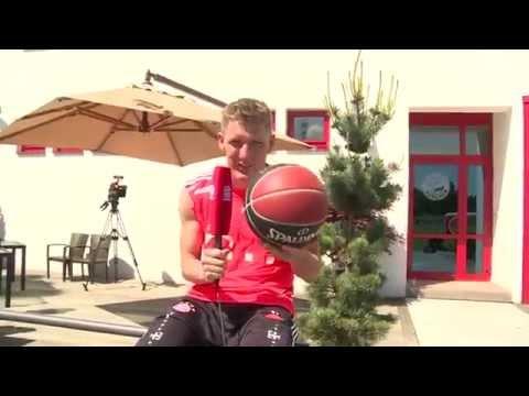 Die Fußballer des FC Bayern München drücken den Kollegen vom Basketball die Daumen für die Playoffs