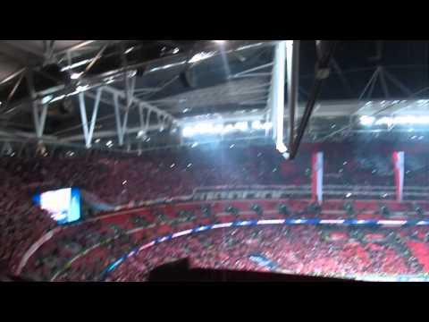 """Im Wembley singen dieBayern Fans nach dem Sieg im CL Finale """" Fc Bayern forever number one"""""""
